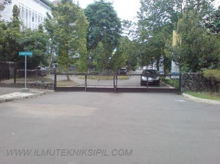 Jl. Sosio Yustisia yang berada di sebelah timur bangunan Gedung Pusat UGM