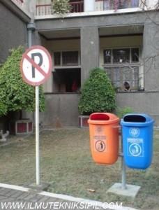Fasilitas Tong Sampah di Gedung Pusat UGM