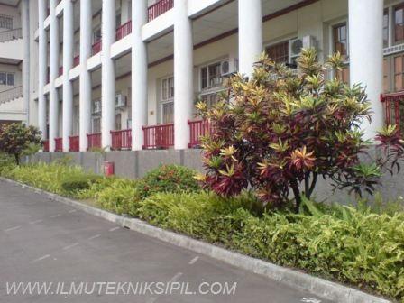 Penanaman tanaman hias di bagian depan Gedung Pusat UGM yang memberikan asri dan indah