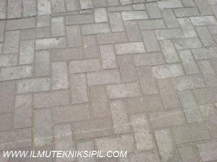 Pola seperti ini yang digunakan di bagian pelataran bangunan Gedung Pusat