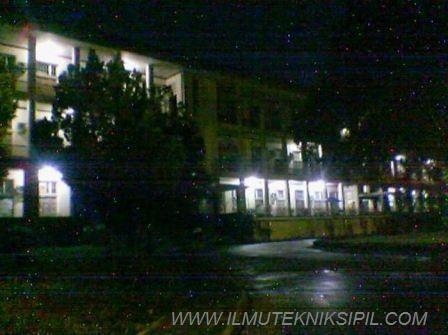 Suasana Gedung Pusat UGM ketika malam