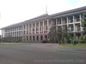 Tampak Depan Gedung Kantor Pusat UGM
